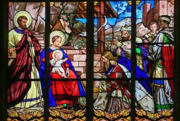 47659814-stained-glass-window-depicting-the-epiphany-the-visit-of-the-three-kings-in-bethlehem-in-the-cathedr